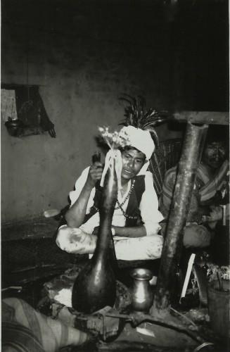Officiant réalisant un voyage rituel sub-aquatique durant le rituel dedam (village de Bung, Népal, 1998)